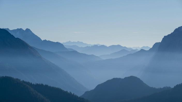 Blaue Silhouetten von Bergen Ausblick über Berchtesgadener Alpen hinten Loferer Steinberge Bercht