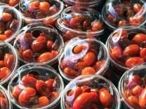 Wochenmarkt Marktstand frisches Gemüse kleine Tomaten Dattelntomaten in Plastik Verpackung