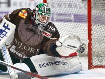 Ben Meisner Torwart Augsburger Panther 30 hat die Scheibe in der Fanghand Augsburger Panther vs
