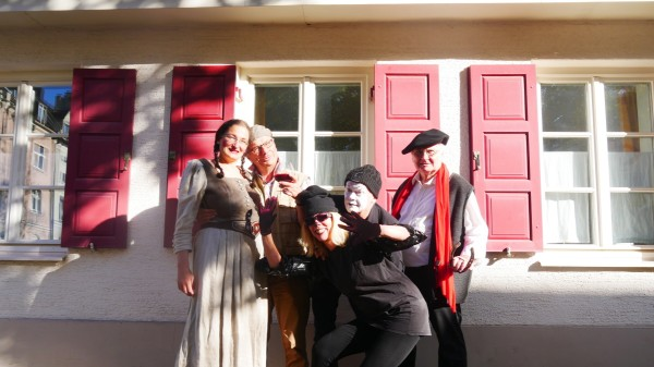 In der Feldmüllersiedlung v.l.n.r. Marid Schaper (Gretel), Richard Maresch (Dr. Faust), Katharina Schweissguth (Pudel), Lothar Thiel (Mephisto), Hans Senninger (Fabulus)