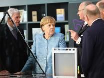 Hessens Ministerpräsident Volker Bouffier CDU Bundeskanzlerin Angela Merkel CDU mit Stefan Osch