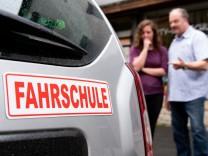 Fahrschule Dacia Duster Fahrlehrer Fahrschülerin