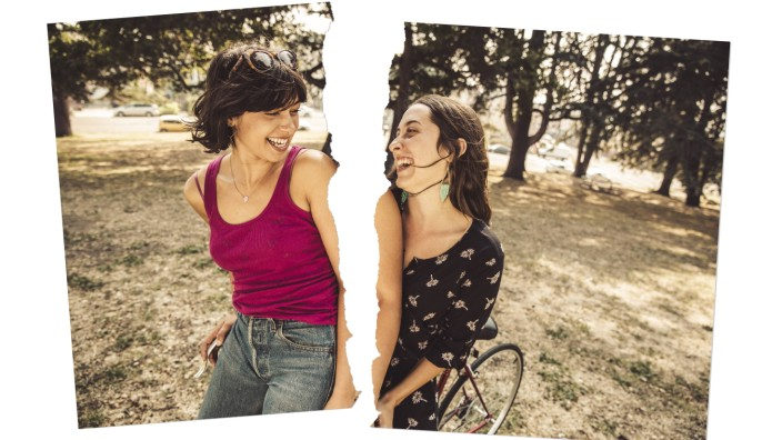Two happy young women on bicycle model released Symbolfoto PUBLICATIONxINxGERxSUIxAUTxHUNxONLY SUF00