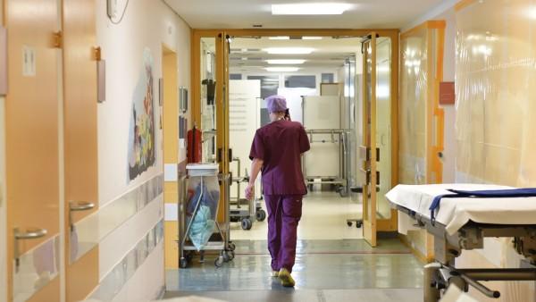 Pflegekräfte Mangel: Krankenschwester in Münchner Kinderklinik