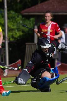 Feldhockey Bundesliga der Damen Kampf um den Ball zwischen Emily Wolbers vom Club an der Alster l
