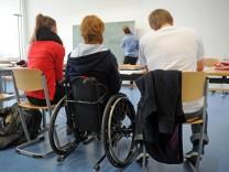 Körperlich behinderte Abiturientin