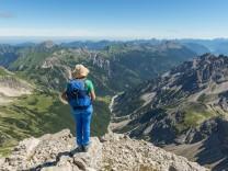 Wanderin blickt auf Berge und Alpen Blick vom Hochvogel rechts Kleiner Roßzahn Allgäu Allgäuer H