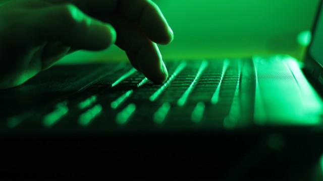 Ein Kerl mit einer Fingertaste auf einer Laptoptastatur A guy with a finger key on a laptop keyboa