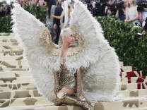 The Met Gala 2018 âĜHeavenly Bodies: Fashion and the Catholic Imaginationâĝ