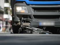 LKW-Unfall in Hamburg: Eine Fahrradfahrerin stirbt im Mai 2018 nach einem Abbiegeunfall in der norddeutschen Hansestadt.