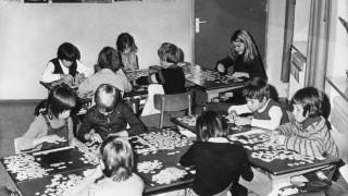 Schüler beim Puzzlen, 1972