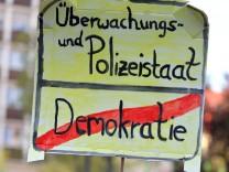 Demonstration gegen das Polizeiaufgabengesetz in Nürnberg  - eine Teilnehmerin beklagt mit einem Protestschild das Ende der Demokratie.