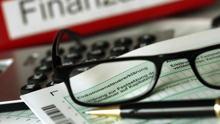Steuerklärungen müssen bald beim Finanzamt sein.