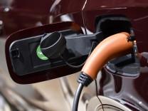 Ein Elektroauto lädt seine Batterie an einer Ladesäule per Typ-2-Stecker auf.