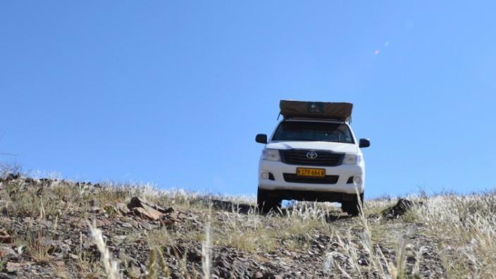 Ein Toyota Hilux in der Steppe des afrikanischen Landes Namibia.