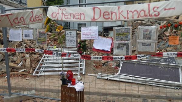 Wo früher das Uhrmacherhäusl in Giesing stand, sind nun Protestnoten angebracht.
