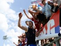 Maximilian Nicu Unterhaching 10 nach Spielende auf dem Zaun bei den Fans stimmt das HUMBA Lied a