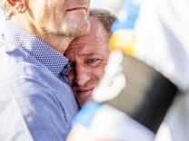 Braunschweigs Trainer Torsten Lieberknecht weint nach dem Abstieg und ist enttaeuscht niedergeschlag