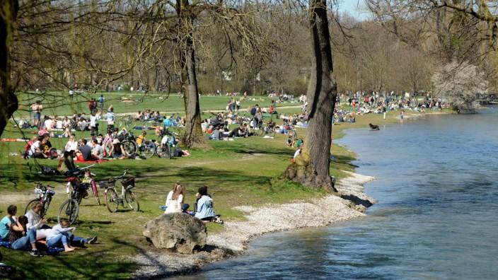 Eisbach und Englischer Garten sind beliebte Treffpunkte in München.