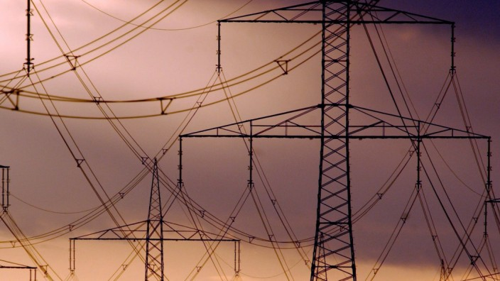 Strommasten und Windräder