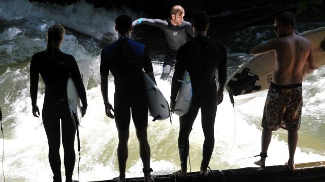 Anstehen zum Surfen am Eisbach