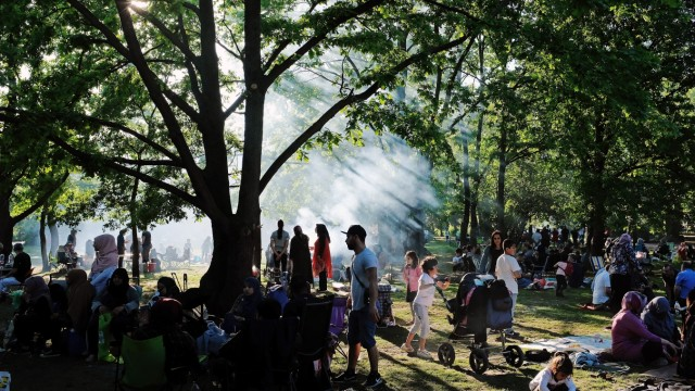 Warm Weather Draws Berliners To City Parks