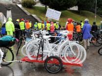 """Bei der Rad-Demonstration """"Ride of Silence"""" gedenken die Teilnehmer der im Straßenverkehr getöteten Radfahrer."""