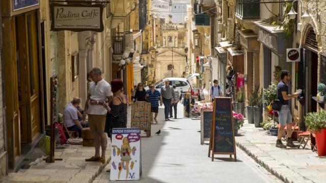 Malta Valetta Elektrotaxis in der Altstadt Cafe an der Lucias s Street *** Malta Valetta Electri