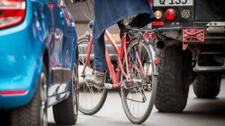 Auto- und Radfahrer geraten häufig aneinander. Dass sie sich hinterher die Hand reichen, kommt seltener vor.