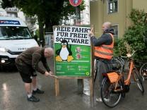 Plakat: Freie Fahrt für freie Software. Die Grünen. Fotografiert in der Veterinärstraße am Eingang zum Englischen Garten