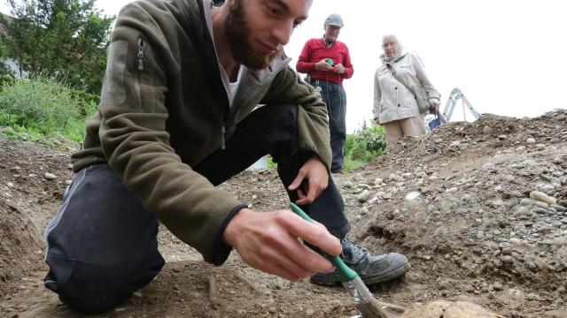 Archäologen legen ein Skelett dem Frühmittelalter frei.