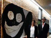 Groxi übergibt Bild an die Gemeinde; Kunstankauf durch die Gemeinde