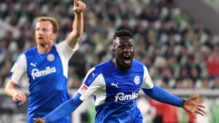 Holstein Kiel: Stürmer Kingsley Schindler bejubelt seinen Treffer zum 1:1 gegen den VfL Wolfsburg im Hinspiel der Bundesliga-Relegation 2018.