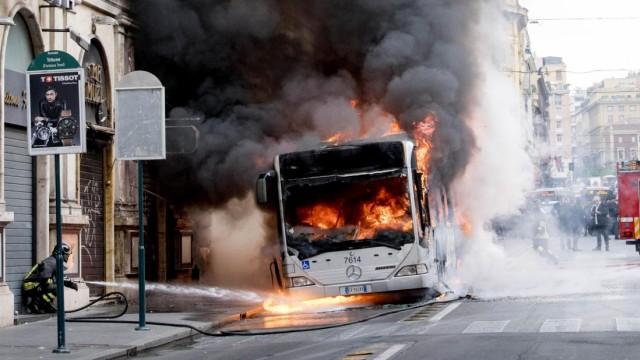 Ein brennender Mercedes-Bus der Verkehrsbetriebe in Rom nahe des Trevi-Brunnens.