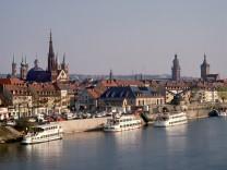 Blick auf Würzburg mit Schiffen auf dem Main.