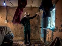 Ein Arbeiter versprüht Insektizide