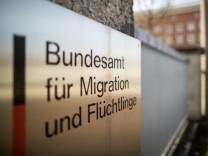 Ein Schild vor dem Bundesamt für Migration und Flüchtlinge in Nürnberg