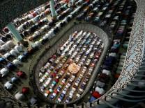 Muslime beim Freitagsgebet in Dhaka