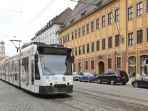 Der Nahverkehr in Augsburg soll in einer Zone kostenlos werden - bundesweit einzigartig. Doch die Motivation dahinter ist umstritten.