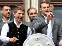 Thomas Müller und Manuel Neuer bei der Meisterfeier des FC Bayern München auf dem Rathausbalkon auf dem Marienplatz.