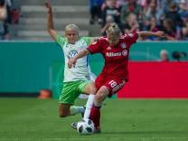 v li Pernille Harder VfL Wolfsburg 22 und Dominika Skorvankova FC Bayern München 18 im Zweik; Skaramucci VfL Wolfsburg FC Bayern DFB-Pokal