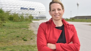 Maßnahmen gegen Wildpinkeln ersinnt Natalie Eßig von der Hochschule München, Expertin für nachhaltigen Stadionbau.