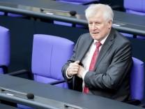 Bundesinnenminister Horst Seehofer (CSU) 2018 auf der Regierungsbank des Deutschen Bundestags während der Haushaltsdebatte.