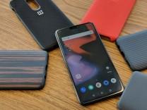Das Oneplus 6 liegt auf einem Tisch neben Smartphone-Hüllen