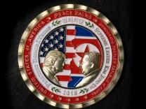 Eine Gedenkmünze aus den USA stellt das geplante Gipfeltreffen von US-Präsident Donald Trump und Nordkoreas Machthaber Kim Jong-un dar.