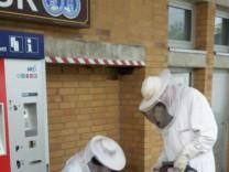 Am heutigen Pfingstmontag um 15:10 Uhr wurde die Feuerwehr Germering an den Bahnhof Harthaus alarmiert. Beim dortigen Kiosk soll sich ein Bienenschwarm befinden der auch schon mehrere Personen gestochen hatte.