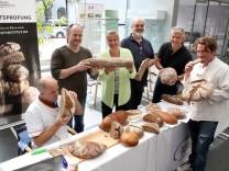 Bäckermeister prüfen Brot; Im Foyer der Sparkasse