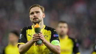 BVB-Spieler Marcel Schmelzer bedankt sich nach dem Achtelfinal-Rückspiel 2018 in der Europa League gegen RB Salzburg bei den Fans.