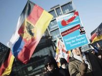 Demonstranten mit AfD-Plakaten auf einer Kundgebung 2018 in Berlin.