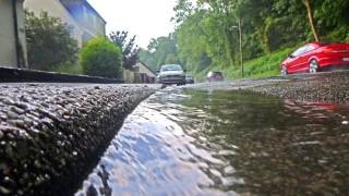 Oberflächenwasser bei Starkregen Starkregenfälle verursachen große Mengen Oberflächenwasser dass si